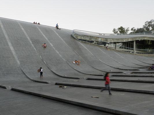 Vergnügliche Archtiketur: Das Dach eines öffentlichen Gebäudes wurde als Rutsche umfunktioniert.