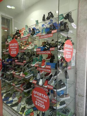 Der aktuelle Trend in Argentinien: Abgefahren hässliche Plateau-Schuhe. Die einzigen, die sie nicht tragen, sind wir Touristen.