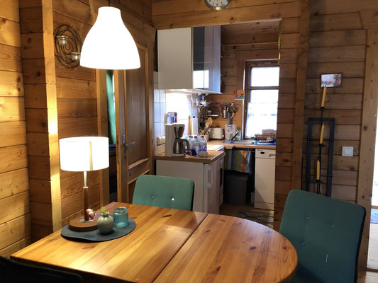 Blockhaus Typ A - Komfort: Küche mit Elektroherd (4 Platten + Backofen), Spülmaschine und mehr Ausstattung
