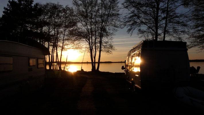 Die große Camperwiese am Hafen, hier ein Kastenwagen auf Stellplatz 231 vor der Boots-Slipanlage © Naturcamping Zwei Seen am Plauer See/MV - www.zweiseen.de