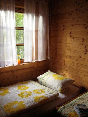 Schlafzimmer 1 von 2 in Haustyp A © Blockhäuser auf Naturcamping ZWEI SEEN / www.zweiseen.de/blockhaus