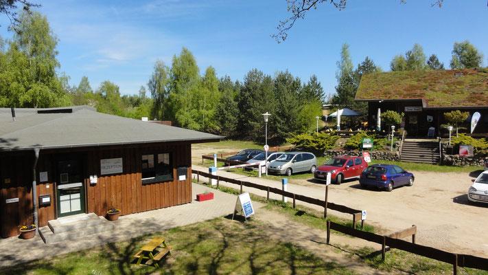 Rezeption mit Sanitäranlagen, Gaststätte mit Sonnenterrasse und Besucherparkplatz © Naturcamping Zwei Seen am Plauer See/MV . https://www.zweiseen.de