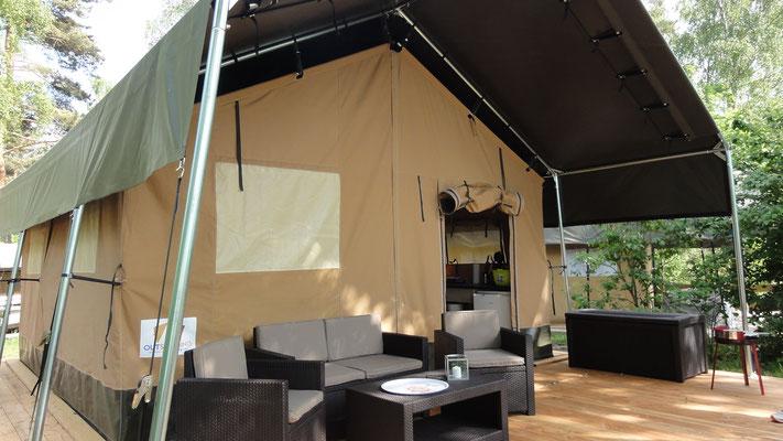 Zelten kann Luxus sein! Unsere Safarizelte auf einer Hochebene am See © Naturcamping Zwei Seen am Plauer See/MV . https://www.zweiseen.de