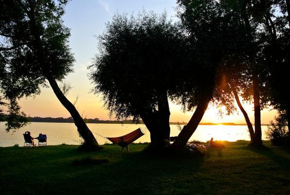 Sonnenuntergang - jeden Abend, einer schöner als der andere! Genießen Sie ihn an Ihrem Lieblingsplatz bei uns © Naturcamping Zwei Seen, www.zweiseen.de