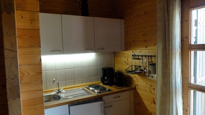Küche in Blockhaus Typ B (2015 erneuert) © Naturcamping Zwei Seen am Plauer See/MV