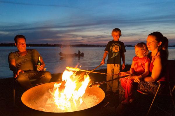 Abenteuerurlaub für Groß & Klein: Das Bild hat Fotografin Sylvia Pollex am Badeufer von Naturcamping Zwei Seen aufgenommen.