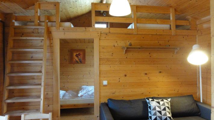 Wohn-/Schlafbereich Typ B, unten Schlafzimmer, oben offener Schlafboden © Blockhäuser auf Naturcamping ZWEI SEEN / www.zweiseen.de/blockhaus