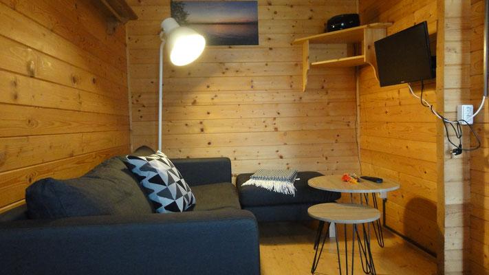 Wohn-/Schlafbereich Typ B, dahinter Schlafzimmer, darüber offener Schlafboden © Blockhäuser auf Naturcamping ZWEI SEEN / www.zweiseen.de/blockhaus