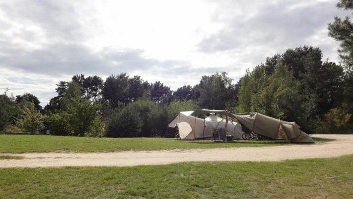 Große Plätze auf Wiesenplateaus, nah zu einem Sanitärhaus (426-428 und 364-367) © Naturcamping Zwei Seen am Plauer See/MV - www.zweiseen.de