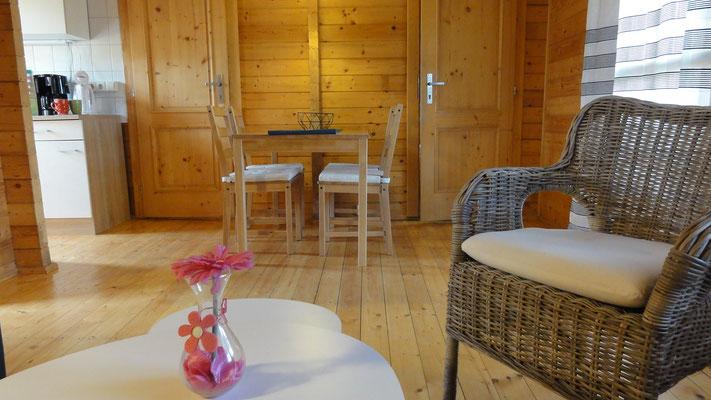 Esstisch, Türen in die beiden Schlafzimmer Typ A © Blockhäuser auf Naturcamping ZWEI SEEN / www.zweiseen.de/blockhaus