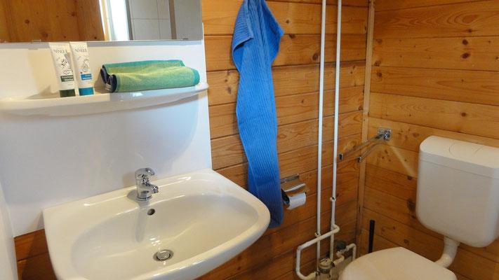 Bad mit Waschbecken, WC, Dusche © Blockhäuser auf Naturcamping ZWEI SEEN / www.zweiseen.de/blockhaus
