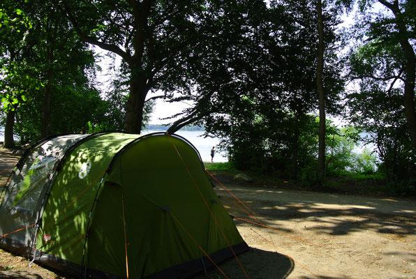 Blick vom Zelt auf Platz 122 (in einer Reihe mit 118-123) auf die vorgelagerte Badebucht © Naturcamping Zwei Seen am Plauer See/MV - www.zweiseen.de
