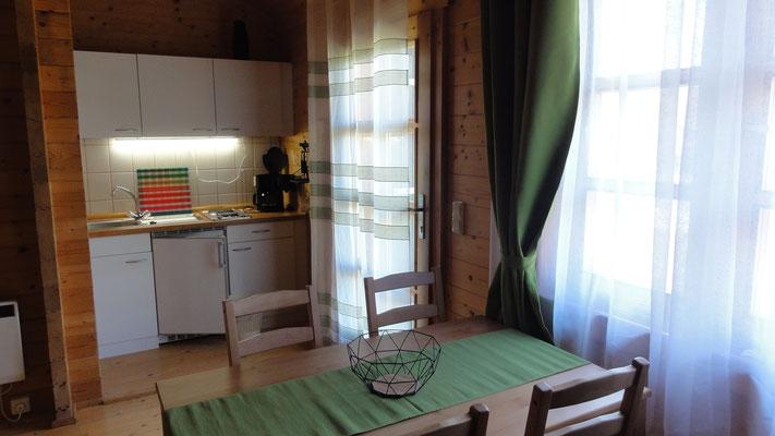 Küche & Essecke Typ B © Blockhäuser auf Naturcamping ZWEI SEEN / www.zweiseen.de/blockhaus