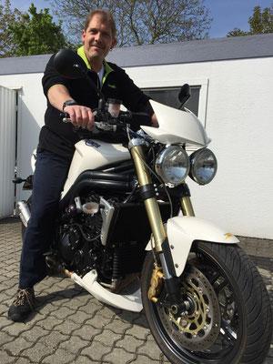 29.04.2015: Bernd Siebold vom Reisebüro Idel-Tours in Lörrach mit seiner neuen TRIUMPH Speed Triple 1050