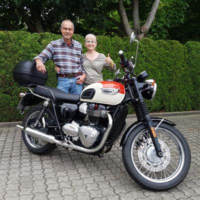 27.07.2017: Karlheinz Jagenow aus Laufenburg und seine Frau freuen sich über Ihre neue TRIUMPH Bonneville T100