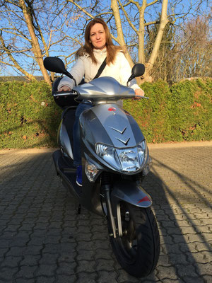 09.04.2015: Erika Soos aus Grenzach-Wyhlen mit ihrem neuen KYMCO Vitality 50