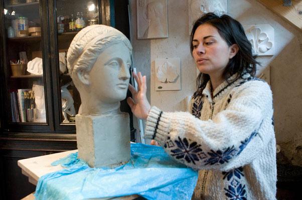Sofia Flores devant le travail d'un élève