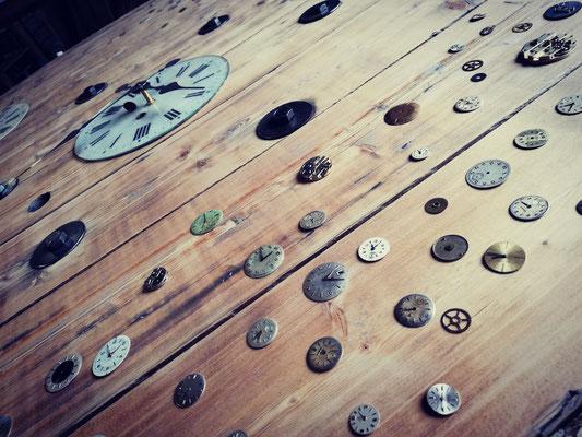 Horloge Géante du temps  et ses 200 cadrans de collection