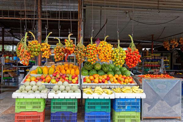 Obst- und Gemüsestand am Straßenrand