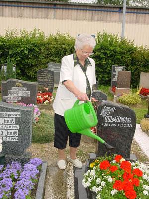 Am Grab von Opa Otto