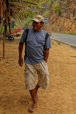 Ein Boruca-Indianer verkauft Souvenirs