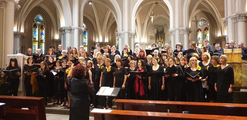 Dieser Tag soll voller Freude sein - der Coro de la Universidad CEU San Pablo und vocalis in der Basilika La Milagrosa