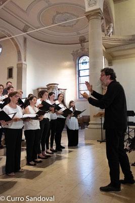 José María Álvarez Muñoz dirigiert den Coro de la Universidad CEU San Pablo de Madrid in St. Dionysius in Ettlingenweier