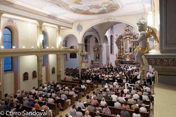 """vocalis und die Gastchöre aus Madrid und Iffezheim singen zum Abschluss des Konzerts gemeinsam """"Dieser Tag soll voller Freude sein"""""""