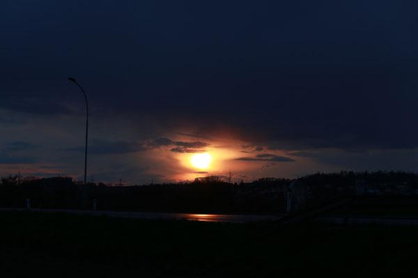 """""""Sonnen-Auge"""" mit Straßenspiegelung, 15.4.2021"""