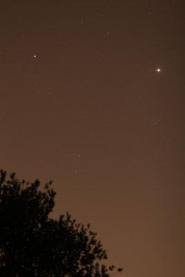Gegenüber von Neowise: die beiden hellen Planeten Saturn (links) und Jupiter (rechts)