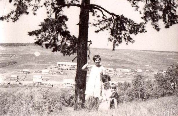 1970 год. Вид на село с Комаровой горы. Большое здание вдали - колхозный гараж