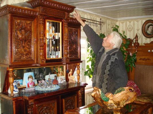 Челноков Николай Афанасьевич возле резного буфета