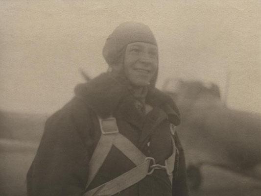 В.Ф. Хохлачёв под Сталинградом у своего самолета. 1942 г.