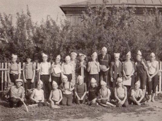 1967 год. Участники трёхдневного похода к братской могиле воинов Великой Отечественной войны в Октябрьском городке. Учащиеся 7, 8 классов. Первый день похода