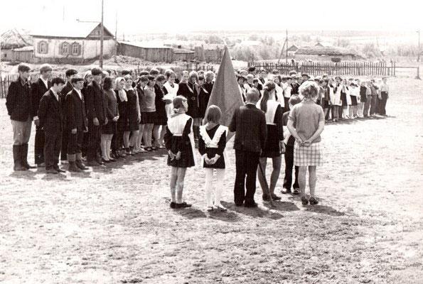 Торжественная линейка у старой школы. 70-е годы