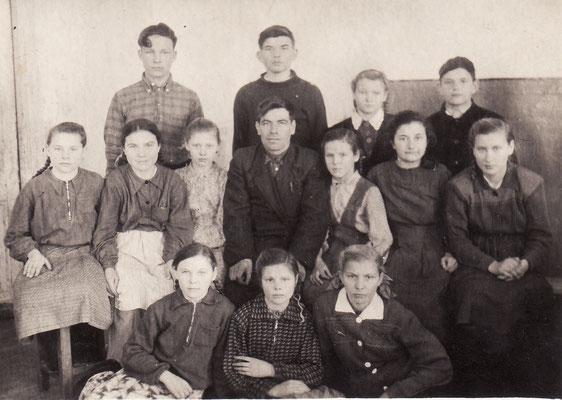 1951 год. 4 класс с учителем Замедлиным Иваном Александровичем