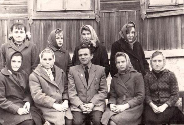 1965 год. Круглов Евгений Иванович со своими ученицами восьмиклассницами