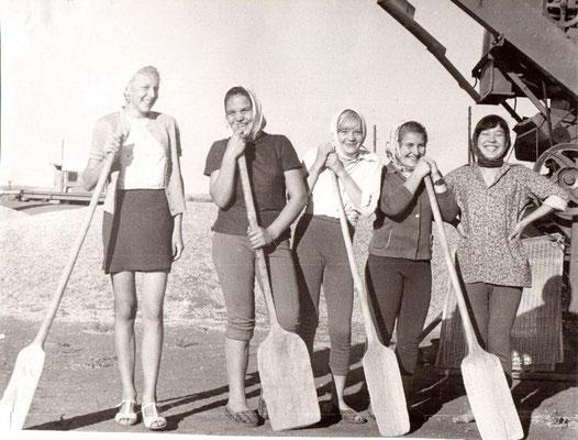 5-я трудовая четверть. Учащиеся школы помогают колхозу в уборке зерна. 70-е годы