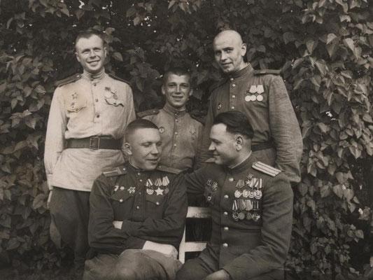 Экипаж самолёта В.Ф. Хохлачёва после дня Победы. В. Ф. Хохлачёв сидит справа. 1945 г.