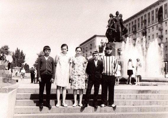 1970 год. Учительница Евдокимова Нина Родионовна с группой учащихся Сосновской восьмилетней школы во время поездки в Волгоград