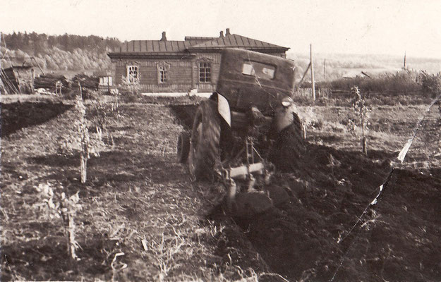 50-е годы. Заложен фруктовый сад на пришкольном участеке. Междурядье пашет трактор. На дальнем плане здание школы