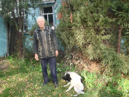 Челноков Николай Афанасьевич возле дома