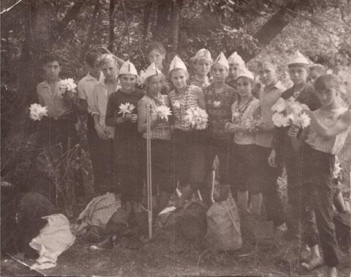 1967 год. Участники трёхдневного похода к братской могиле воинов Великой Отечественной войны в Октябрьском городке. Учащиеся 7, 8 классов