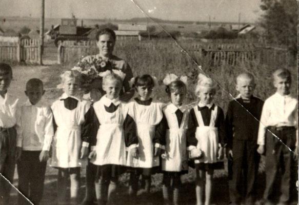 1 сентября 1968 год. Ученики начальных классов с Замедлиной Анной Васильевной