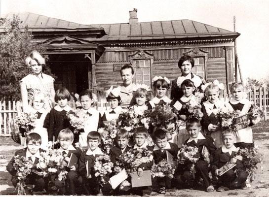 1 сентября 1980 год. 1 класс воспитателями детского сада Казаковой Галиной Николаевной, Волковой (Лобановой) Марией Павловной и с учителем Сибгатулиной Галиной Николевной