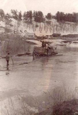 1971 год. Весенний разлив речки Малой Сосновочки. Старый низкий мост залит водой
