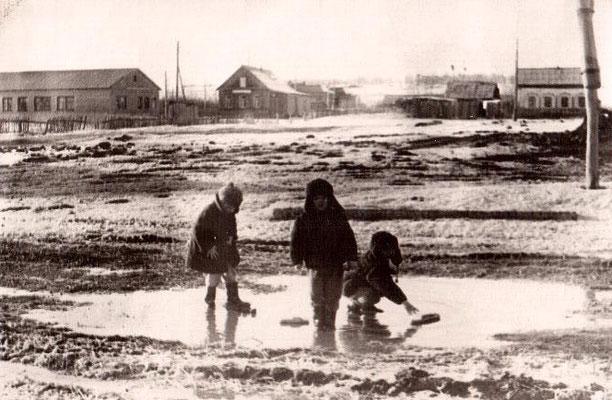 1970 год. Улица Центральная. Слева - детский сад. В центре - сельская библиотека и медицинский пункт