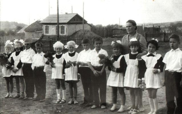 1 сентября 1972 год. Ученики начальных классов с Замедлиной Анной Васильевной