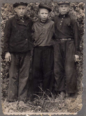 до 1950 года. Слева направо: Анатолий Замедлин, Решетников Николай Лаврентьевич (Бела Голова) и Решетников Владимир Николаевич (по прозвищу Вовка Кука)