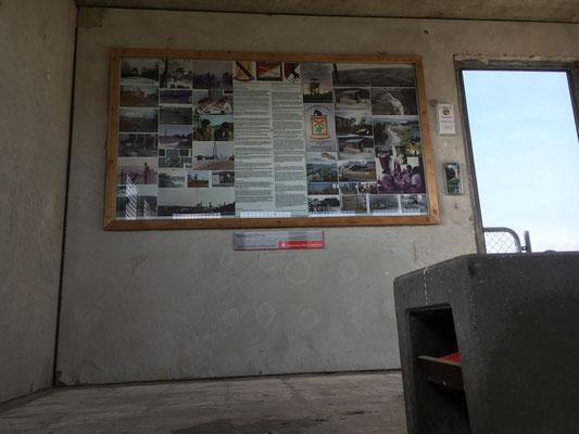 Infotafel und Gästebuch unter der Steinbank